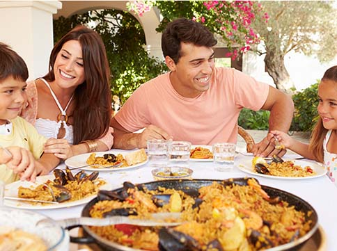 Una família gaudint d'una paella (monkeybusinessimages / Thinkstock)