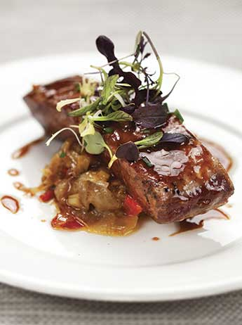 Tonyina amb wok de verdures del restaurant d'arrossos de Barcelona Cullera de Boix.