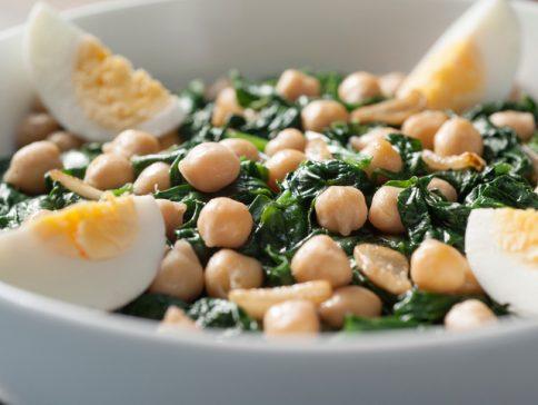 Un dels plats típics de Quaresma, cigrons amb espinacs i ou dur. Foto: Thinkstock