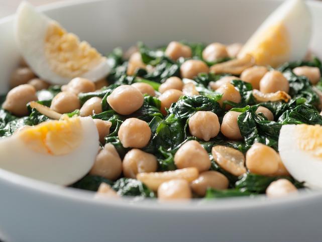 Uno de los platos típicos de Cuaresma, garbanzos con espinacas y huevo duro. Foto: Thinkstock